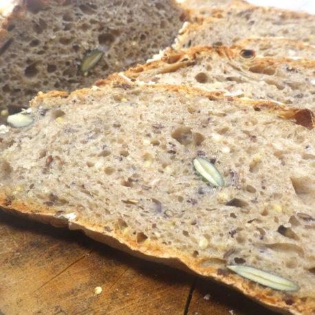 Pain aux graines au levain à base d'ingrédients biologiques