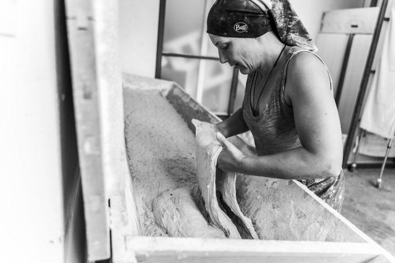 Pétrissage manuel levain pain bio boulangerie